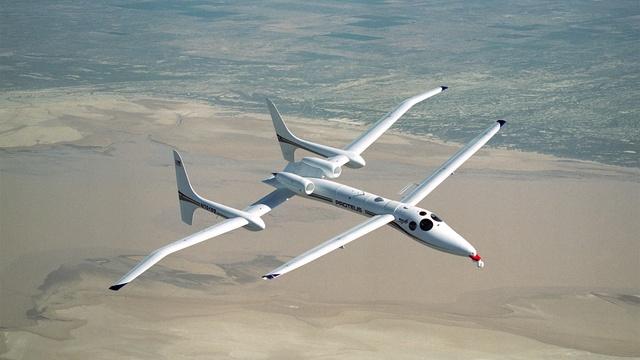Самолет оснащен двумя двигателями и двойным крылом