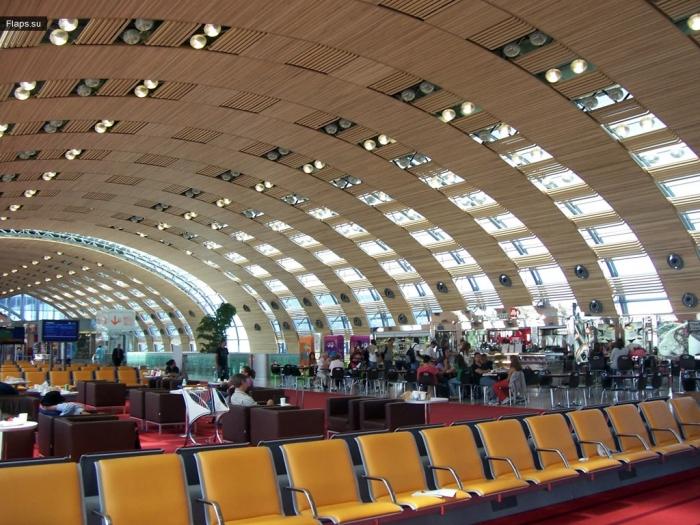 Зал ожидния международного аэропорта Шарль-де-Голль (Париж)