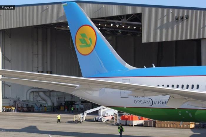 Dreamliner на заводе Boeing в окраске Uzbekistan Airways