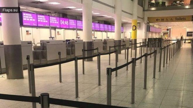 Стойки регистрации Monarch Airlines в лондонском аэропорту Гэтвик 2 октября 2017г. пустуют